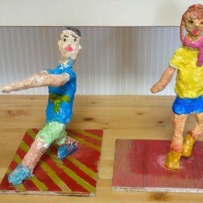 人物彫塑・スポーツをする人(左から小3、小2)