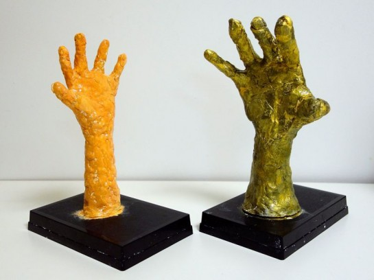 手の塑像(左から年中、年長)