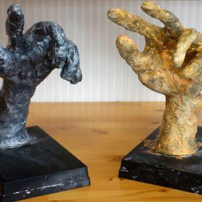 手の塑像(左から小2、小1)