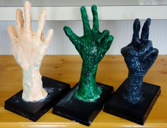 手の塑像(中央・小3、左右・小4)