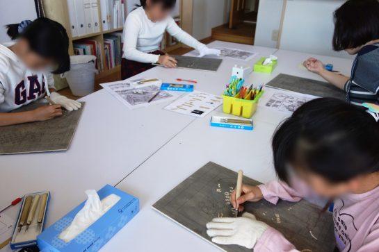 木版画カレンダー制作風景(彫り)